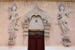 Thailändische Lanna-Art-Tempeltür Lizenzfreie Stockbilder