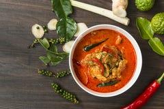 Thailändische Lebensmittel-Currypocke würzig auf hölzerner Tabelle u. x28; Kochen von Concept& x29; lizenzfreies stockfoto