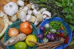 Thailändische Lebensmittelinhaltsstoffe auf Bodenkorb Stockfotos