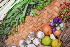 Thailändische Lebensmittelinhaltsstoffe auf Bodenkorb Stockfoto