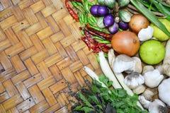Thailändische Lebensmittelinhaltsstoffe auf Bodenkorb Stockfotografie