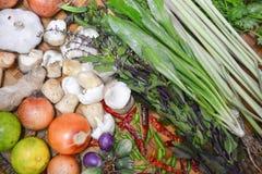 Thailändische Lebensmittelinhaltsstoffe auf Bodenkorb Lizenzfreie Stockfotos
