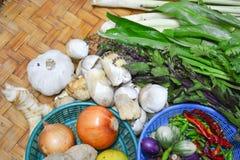 Thailändische Lebensmittelinhaltsstoffe auf Bodenkorb Lizenzfreies Stockbild