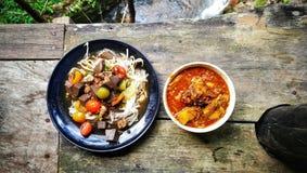 Thailändische Lebensmittelreisnordsuppennudeln und Curry Fall-Le stockfotografie