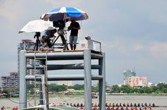 Thailändische Leute benutzen Digital-Kamerarecorder-Video für Sendung direkt lang Stockbild