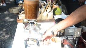 Thailändische Leute benutzen gemachten heißen Kaffee der Aussaugheber-Kaffeemaschine für Show und Verkauf stock footage