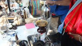 Thailändische Leute benutzen TropfenfängerKaffeemaschine oder Dripper gemachten heißen Kaffee stock video