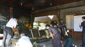 Thailändische Leute besuchen und beten Luang Phra Sai bei Wat Pho Chai in Nong Khai, Thailand stock footage