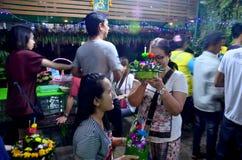 Thailändische Leute beten mit dem Ganges oder Göttin des Wassers in Loy Kr Stockbild