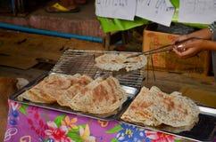 Thailändische Leute, die den riesigen Reis knusperig am Morgenmarkt kochen stockfotos