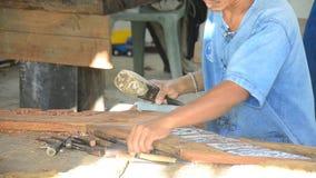 Thailändische Leute, die hölzerne Zahl der traditionellen thailändischen Kunst in Samutprakarn, Thailand schnitzen stock footage