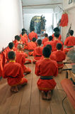 Thailändische Leute, die vor fungierendem Nang Yai beten Lizenzfreies Stockbild