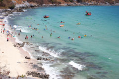 Thailändische Leute genießen auf dem Strand und dem Meer in Srichang-Insel Stockbild