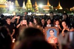 Thailändische Leute machen ein Foto einer Kerze das König ` s Bild beleuchtend Stockbilder
