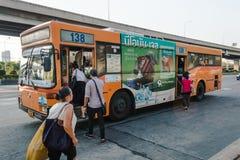 Thailändische Leute steigen in einen Bus ein Lizenzfreie Stockfotos