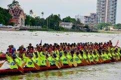 Thailändische Leute verbinden mit langem Ruderwettkampf Stockbild