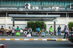 Thailändische Leute warten Bus an der Bushaltestelle in Bangkok Stockfotografie