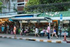 Thailändische Leute warten Bus an der Bushaltestelle in Bangkok Stockfoto