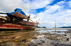 Thailändische longtail Boote bei Ebbe Lizenzfreie Stockbilder