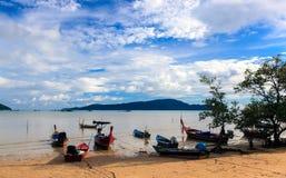 Thailändische longtail Boote bei Ebbe Stockfoto