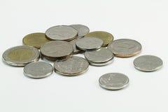 Thailändische Münzen auf weißem Hintergrund Lizenzfreie Stockbilder