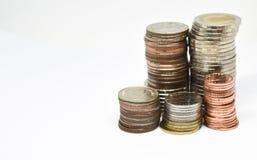 Thailändische Münzen auf weißem Hintergrund Lizenzfreie Stockfotografie