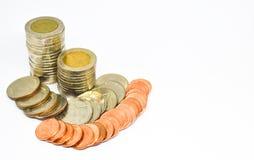 Thailändische Münzen auf weißem Hintergrund Stockbilder