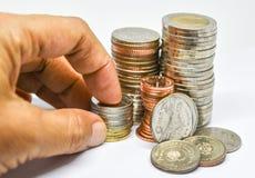Thailändische Münzen auf weißem Hintergrund Stockfotografie