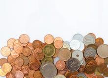 Thailändische Münzengroschen, Dollar Hong Kong-Münze und japanische Yen prägen Stapelmünzen auf weißem Hintergrund stockbilder