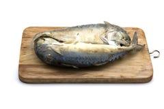 Thailändische Makrelenfische auf dem Hacken des thailändischen Lebensmittels der hölzernen gebrauchsfertigen würzigen Fisch-Suppe Lizenzfreie Stockbilder