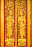 Thailändische Malerei sehnte sich auf der Tür der Kirche in thailändischem Tempel Buddhas Lizenzfreie Stockfotografie