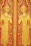 Thailändische Malerei sehnte sich auf der Tür der Kirche in thailändischem Tempel Buddhas Lizenzfreie Stockbilder