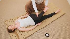 Thailändische Massage - attraktive blonde vorbildliche Frau - Draufsicht Stockfotos