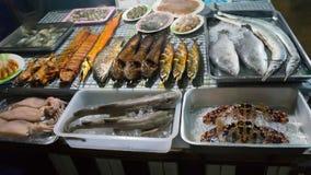 Thailändische Meeresfrüchte auf Behältern an Pattaya-Markt, Thailand Stockfotos
