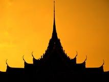 Thailändische mehrfache Dachreihen Stockfotos