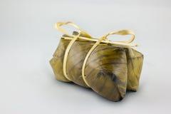 Thailändische Nachtischverpackung des klebrigen Reises durch Bananenblatt Stockfotos