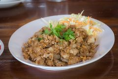 Thailändische Nahrung, Huhn angebraten mit Knoblauch und Pfefferkörner lizenzfreie stockbilder