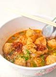 Thailändische Nahrung, Nudelsuppe mit Garnelenball Stockbild