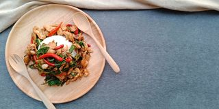 Thailändische Nahrung: Reis und würziges gebratenes Huhn mit Basilikumblättern stockbilder
