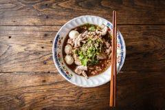 Thailändische Nudel mit Suppe auf dem Tisch Lizenzfreies Stockfoto