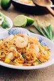 Thailändische Nudelart Padthai auf hölzernem Hintergrund Stockfotos