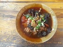Thailändische Nudeln, Schweinefleisch und Schweinefleischblut, Tomatensuppe stockbild
