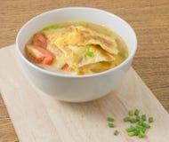 Thailändische Omelett-Suppe mit Tomaten und gehackter Schalotte Lizenzfreie Stockbilder