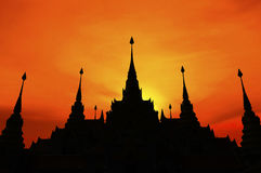 Thailändische Pagode bei Sonnenuntergang, Schattenbild der Pagode lizenzfreie stockfotos