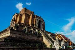 Thailändische Pagode des Ziegelsteines mit blauem Himmel Stockfotos