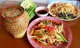 Thailändische Papayasalate mit klebrigem Reis lizenzfreie stockbilder