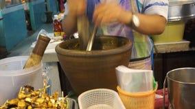 Thailändische Paprikas frische Paste in einem Mörser machen Lizenzfreies Stockfoto