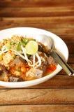Thailändische Reisnudel auf hölzerner Tabelle Lizenzfreie Stockfotos