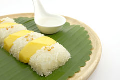 Thailändische süße Mango-klebriger Reis mit Kokosmilch, weißer Hintergrund Stockbild