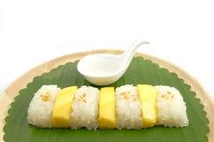 Thailändische süße Mango-klebriger Reis mit Kokosmilch, weißer Hintergrund Stockfoto